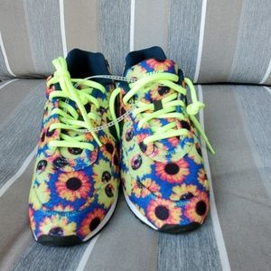 NEW NIKE OUTBURST FLORAL SIZE 7.5